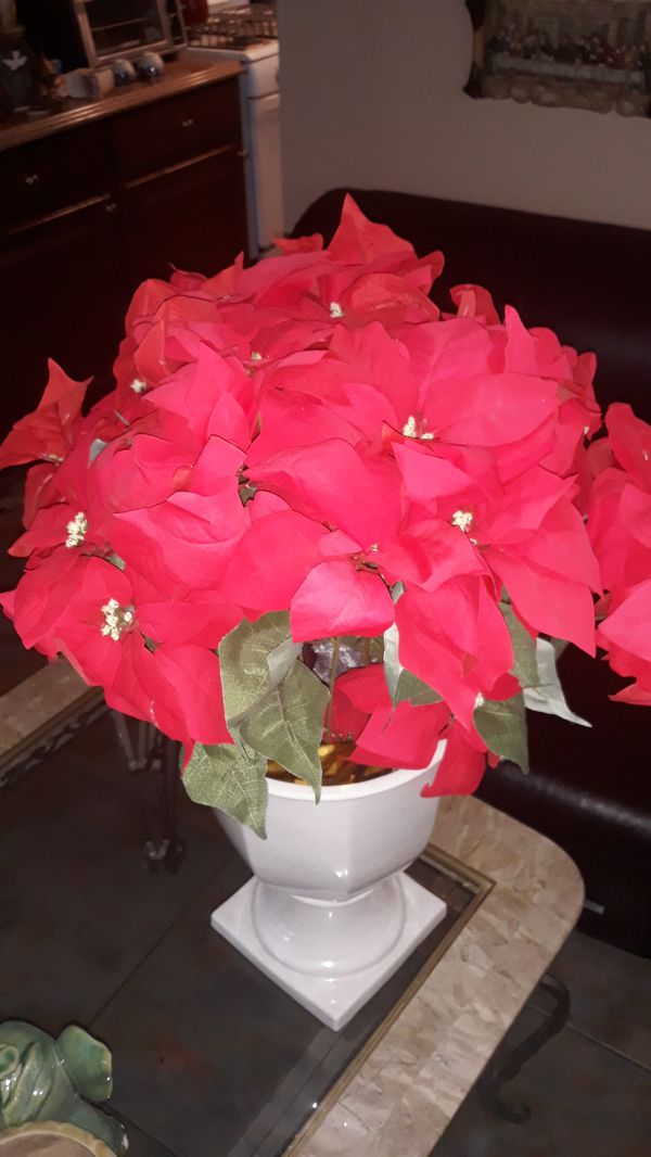 Beutiful flower vase with artificial arrangement very nice 10 doll