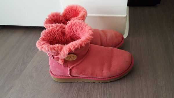 Ugg short boots size 6