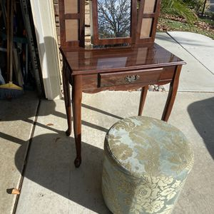 Beautiful Vanity Table With Drawer And It Has Jewelry Storage And has Frame For Pictures In Great Condition for Sale in Lake Elsinore, CA