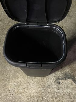 Rubbermaid Trashcan With Locking Lid for Sale in Palm City,  FL