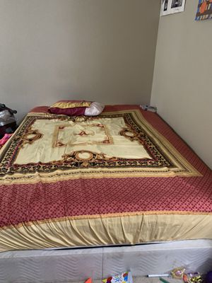 Queen mattress. In a good condition. It comes with bed sheet pillow and blanket for Sale in Bellevue, WA