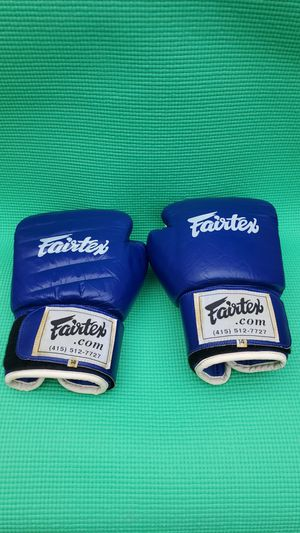 Fairtex Boxing / Sparring Gloves 14oz, excellent condition for Sale in Lakewood, WA
