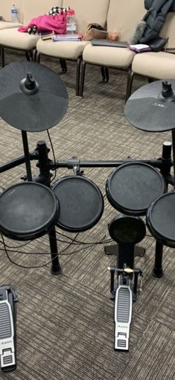 Drum set( comes with sticks) for Sale in Vancouver,  WA