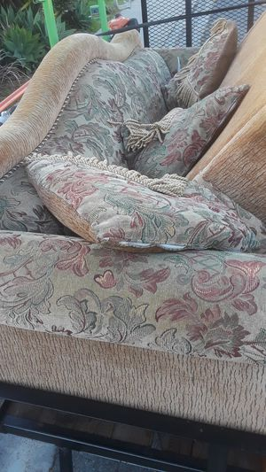 Decent couches free for Sale in Spring Valley, CA