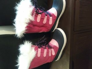 Girls Winter Boots Size 4 for Sale in New Britain, CT