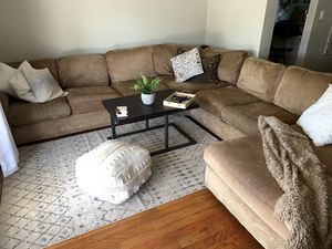 Sectional couch with chaise lounge for Sale in Phoenix, AZ