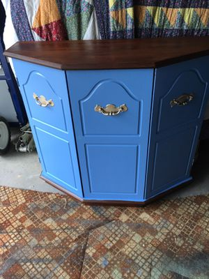 Pretty entry table in good condition pick up in Carroll. for Sale in Carroll, OH