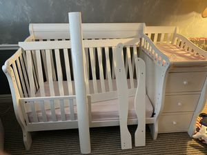 Crib/Toddler Bed Fully Convertable for Sale in Riverside, CA