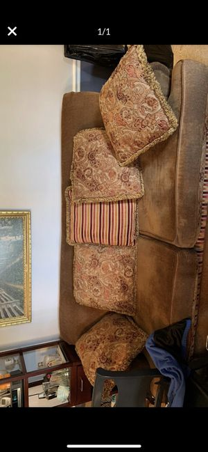 Full size deep seated couch for Sale in Brentwood, TN
