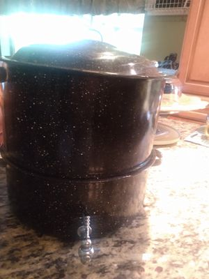 Enamel on steel seafood steamer pot with broth spicket for Sale in Fort Myers, FL