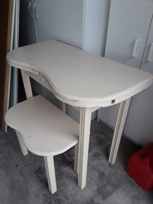 Small desk or Vanity for Sale in Las Vegas, NV