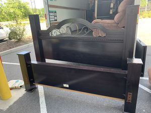 King Bedroom Set - 6 stand dresser included for Sale in Kissimmee, FL