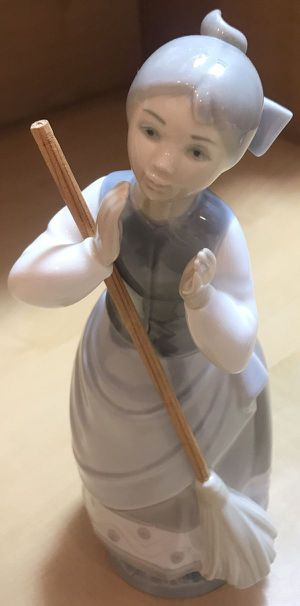 Vintage 1980 Lladro 5025 Girl with Broom Figurine for Sale in Palos Park, IL