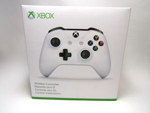 xbox one controller in white for Sale in Bothell, WA
