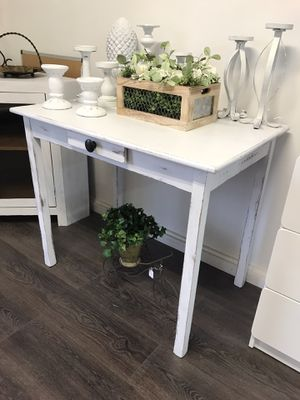 Small desk / table for Sale in Clovis, CA