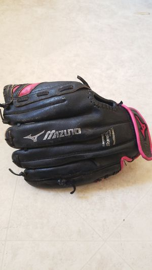 Mizuno Fastpitch 11in Right Hand Softball Glove for Sale in West Covina, CA