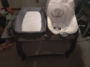 Graco Pack N Play Playard Quick Connect Portable Napper Deluxe for Sale in Youngstown, OH