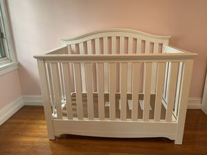 White baby crib for Sale in Pittsburgh, PA