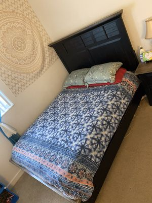 Queen size bedroom set, 32inch TV, dresser, nightstand and desk for Sale in Hollywood, FL