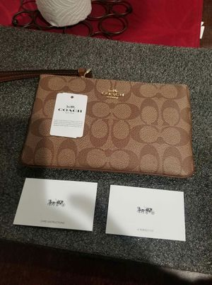 NWT Coach large wrislet wallet for Sale in Lincoln Acres, CA