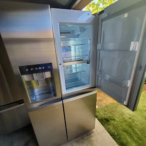 Refrigerator LG everything works measures 36 w 28 d 70 h with ice maker delivery available for Sale in Rialto, CA