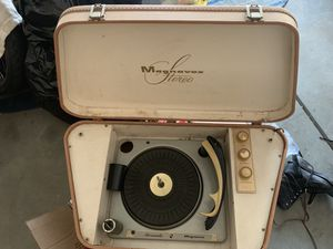 Magnvox vintage suitcase record player for Sale in Palmdale, CA