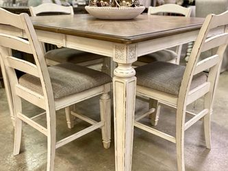Realyn Chipped White Counter Height Set (Dining table and Chairs for Sale in Austin,  TX