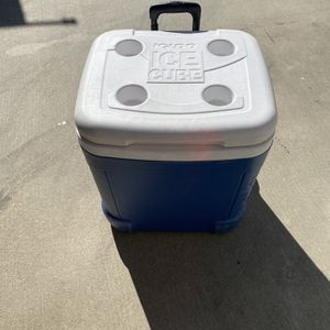 Igloo Ice Cube Cooler With Wheels for Sale in Glendora, CA