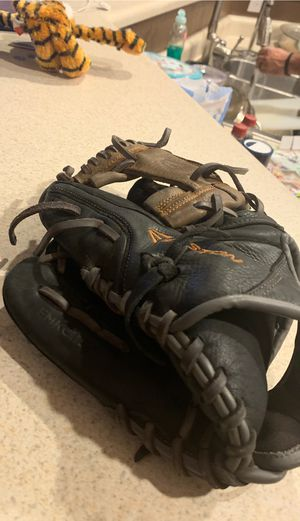 Left hand throw baseball glove for Sale in Henderson, NV