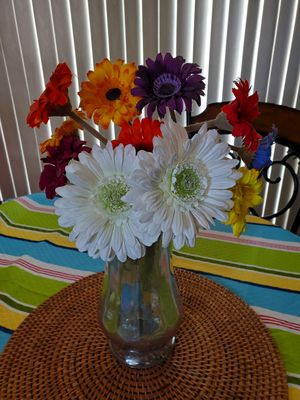 Beautiful vase in excellent condition flowers not included for Sale in Chula Vista, CA
