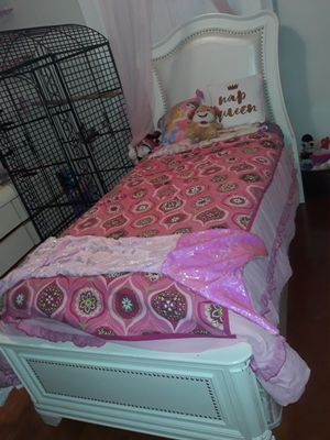Dresser and twin bed for Sale in NW PRT RCHY, FL