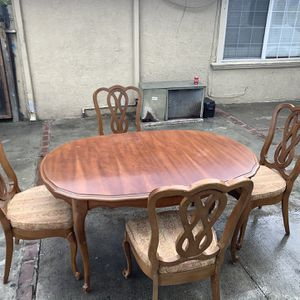 Dining Table And 4 Chairs / Comedor Con 4 Sillas for Sale in Milpitas, CA