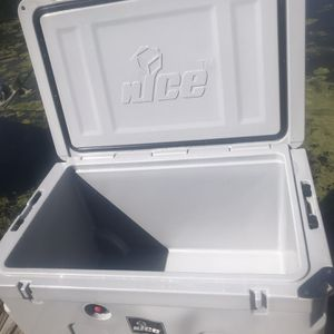 140L nICE Cooler With Wheels for Sale in Brockport, NY