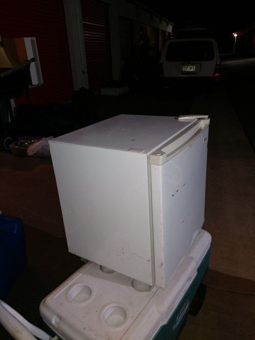 Magic Chef 1.7-Cubic Foot Compressor Refrigerator