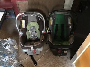 2 Graco SnugRide Click Connect 35 car seats and bases for Sale in Seattle, WA