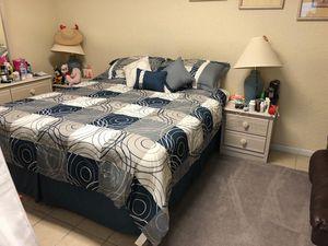 Set de cama king completo en buen estado ,con matress, 2 mesas y dreser for Sale in Haines City, FL