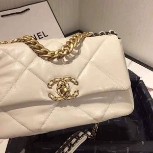 GORGEOUS white quilted leather CHANEL bag!😱😍😍 for Sale in New York, NY