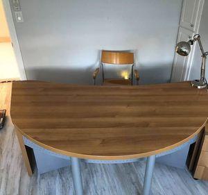 desk and chair for Sale in Pompano Beach, FL