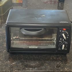 Black & Decker (TO1332BD) 1150W 120V-60Hz 4-Slice Toast-R-Oven & Broiler for Sale in Richmond,  TX