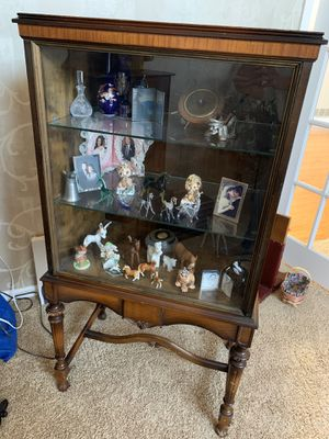 """ANTIQUE MAHOGANY CURIO STYLE CHINA CABINET. GLASS FRONT, 3 ADJUSTABLE SHELVES, OPENING IN BACK. 49""""x 26""""x 17.5"""". BEAUTIFUL CONDITION. SEE PHOTOS for Sale in Naperville, IL"""