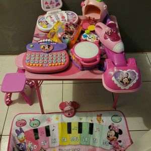 MINNIE MOUSE TABLE WITH BABY GIRL TOYS AND 2 BABY CHAIRS for Sale in Miami, FL