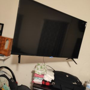 Tv tcl roku 43 tv swells with wall mount for Sale in Hudson, MA