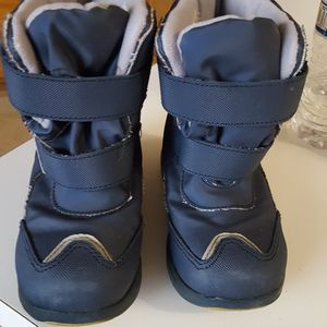KIDS SNOW BOOTS SIZE 10/11 for Sale in Victorville, CA