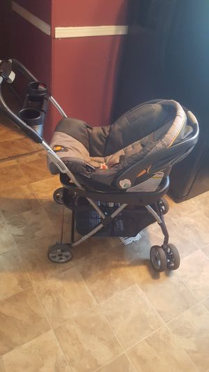 Car seat chicco in good conditions for Sale in Spartanburg, SC
