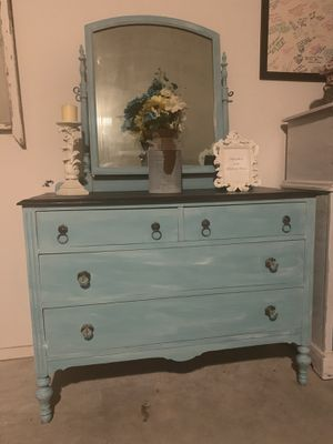 Vintage dresser with mirror. Great condition. Only the dresser and mirror are for sale Serious buyers only for Sale in Madera, CA