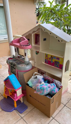 Free toys for girl 3 to 6tr old for Sale in Hollywood, FL