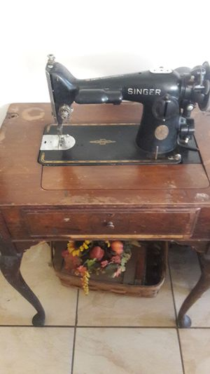 Antique singer sewing machine and table for Sale in Buena Park, CA