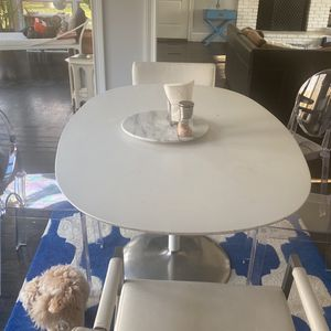 White Tulip Oval modem table Fits 6 People for Sale in Weston, CT
