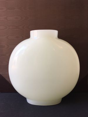 Robert Kuo handblown white pecking glass vase with artist signature for Sale in Bridgeville, PA