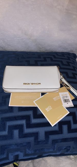 Michael Kors White Wallet Wristlet .NWT. Phone fits inside. for Sale in Saint Charles, MO